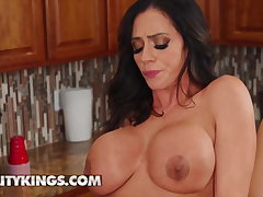 Ariella Ferrera Desiree Dulce ill feeling their pussy together