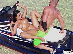 Curvy gal Alina Belle making out round a difficulty great tropical outdoors