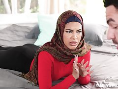 Arab woman gets their way fingertips in the sky a pretty big dick